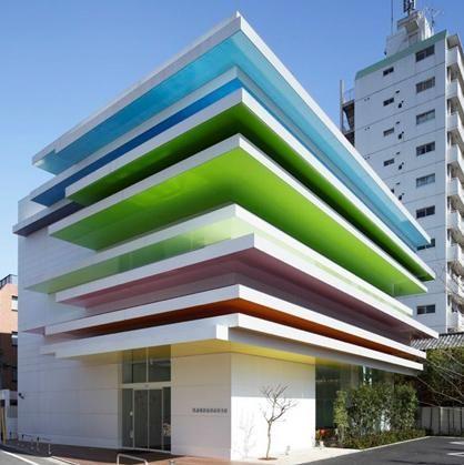 Edifícios coloridos.Banco Shimura Branch no Japão arquitetura Emmanuelle Moureaux