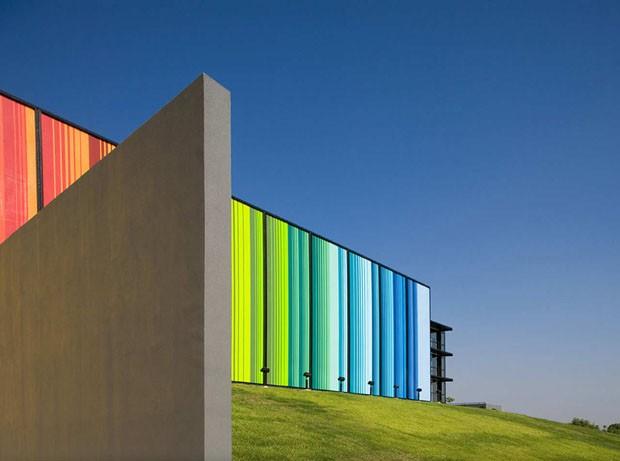 Edificios coloridos pelo mundo, Fine Arts Center, Edcouch-Elsa, Texas, EUA<br /> Autor: Kell Muñoz Architects