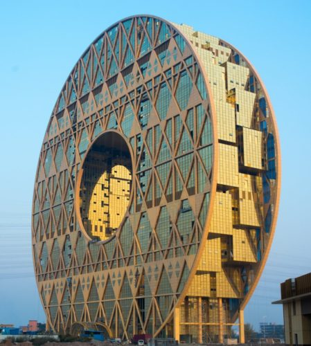 Guangzhou Circle, na China, em forma de donut recebe a maior feira de material plástico bruto do mundo. Construções diferentes