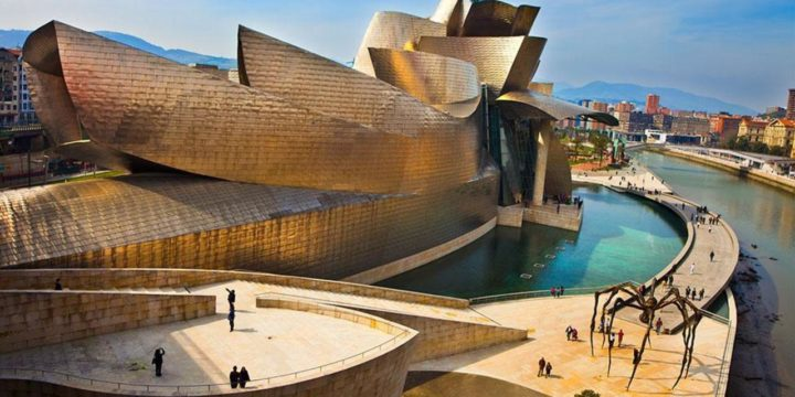 Museu Guggelheim em Bilbao, na Espanha. Construções diferentes