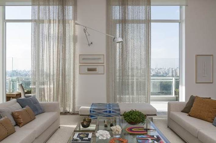 Projeto de Roberta Devisate e Na sala de estar, sofá da Artefacto e almofadas da Emporio Beraldin e Nani Chinellato