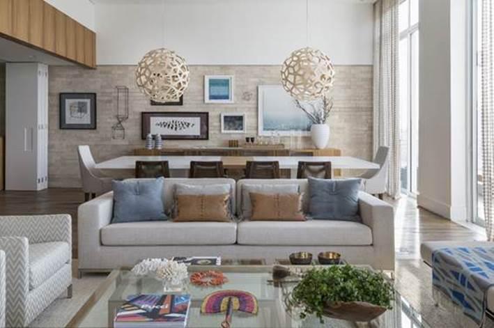 Roberta Devisate Gonçalves Galeria. Na sala de estar, sofá da Artefacto e almofadas da Emporio Beraldin e Nani Chinellato Foto: Evelyn Muller