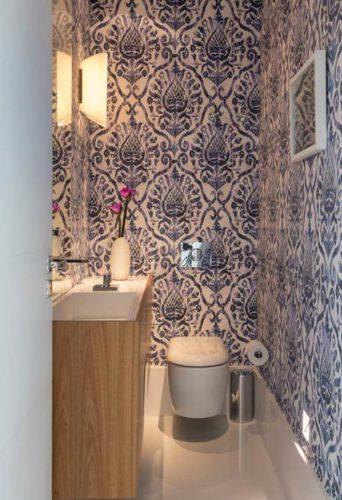 LAVABO | Papel de parede estampado da Orlean aplicado em todas as paredes do lavabo. O efeito manchado simula a técnica de tie-dye em tons de azul Projeto de roberta devisate