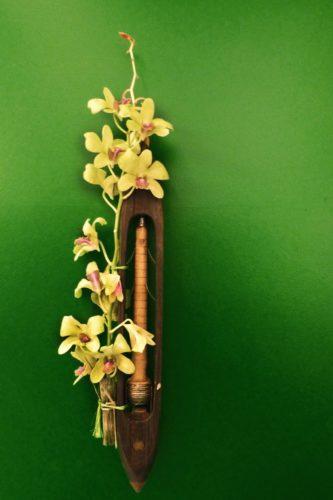 verde Arranjos de flores foram usados a partir de lançadeiras, usadas em teares da Fábrica Bangu de Tecidos e estavam sem utilidade, destinadas ao lixo.