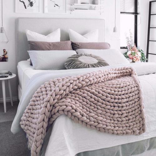 Colcha de trico em cima da cama no inverno