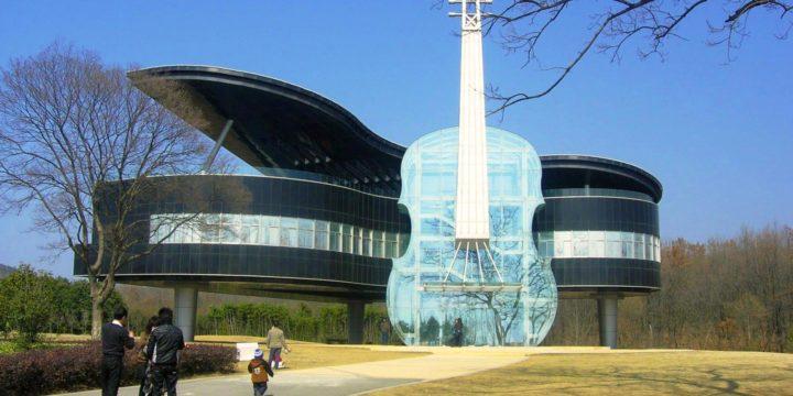The Piano House, na China. Dentro do violino está a escada que dá acesso à casa. Construções diferentes