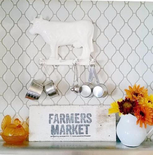 Vaquinhas, galinhas, e placas vintage de @orchardslope.