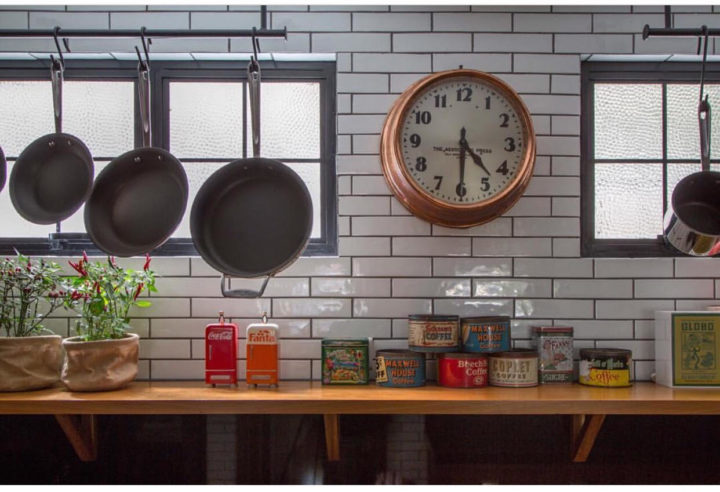 Relogio na cozinha no projeto da Ouriço arquitetura