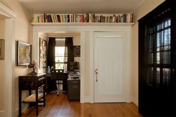 Biblioteca em casa, decorando com livros. Prateleira em cima da porta para guardar livros