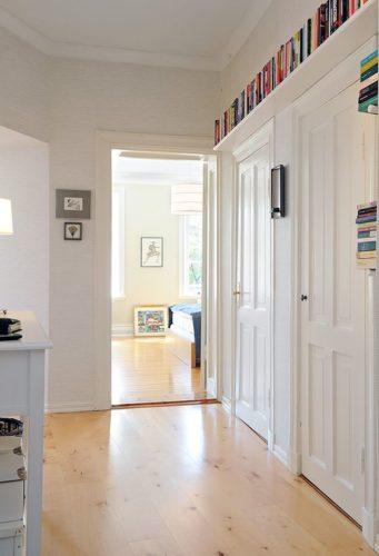 Biblioteca em casa, decorando com livros. Prateleira em cima da porta , aproveitamento de espaço para guardar livros.