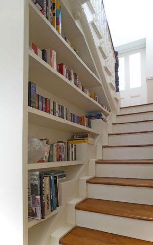 Biblioteca em casa, decorando com livros. Na escada a biblioteca da casa.