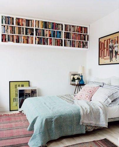 Biblioteca em casa, decorando com livros. Nichos no quarto para os livros.