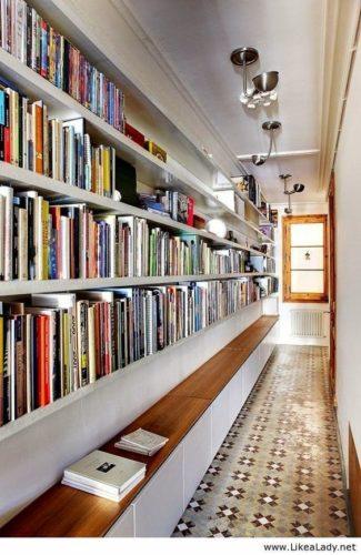 Biblioteca em casa, decorando com livros.Corredor com a biblioteca da casa