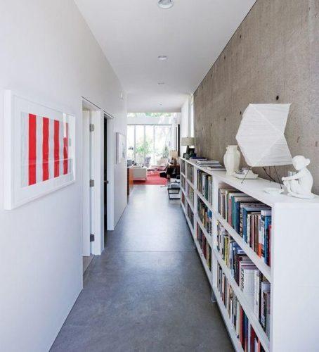 Biblioteca em casa, decorando com livros. Corredor com estante fininha ,para a biblioteca da casa.
