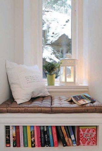 Biblioteca em casa, decorando com livros. Cantinho da janela com livros.