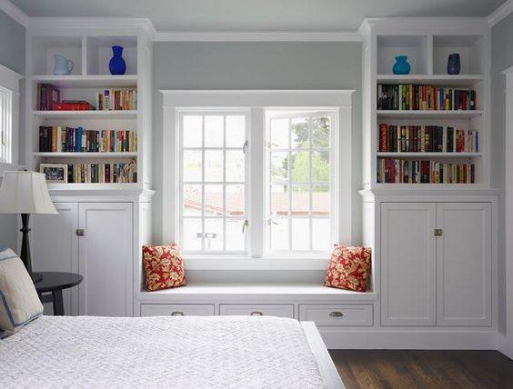Biblioteca em casa, decorando com livros. Cantinho da janela para livros.