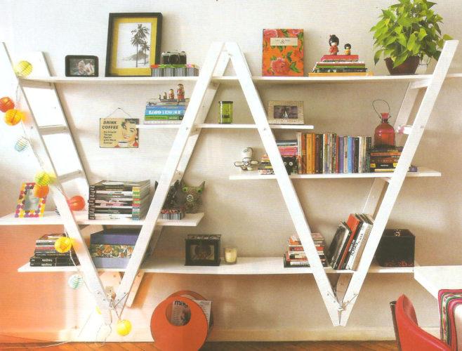 Biblioteca em casa, decorando com livros. Estante feita com escadas, abriga a biblioteca da casa.