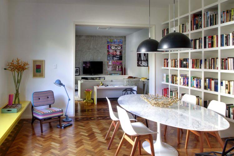 Biblioteca em casa, decorando com livros. Super estante na parede de fundo da sala de jantar para guardar os livros.