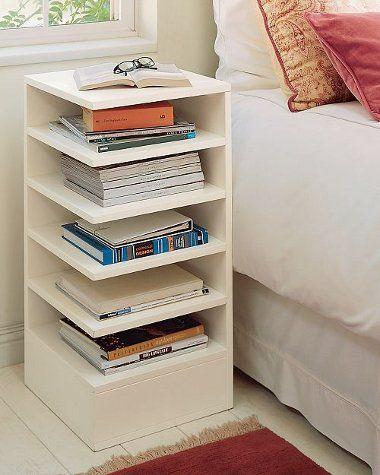Biblioteca em casa, decorando com livros. Mesinha de cabeceira com prateleiras para guardar livros.