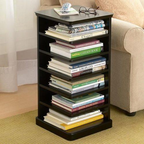 Biblioteca em casa, decorando com livros. Mesa lateral do sofá , com pequenas prateleiras para guardar os livros.