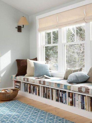 Biblioteca em casa, decorando com livros.Livros embaixo da janela.