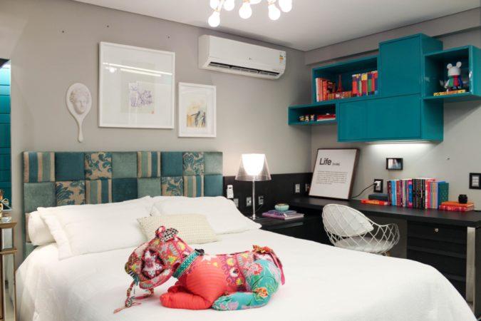 Cabeceira estofada em patchwork , foi o destaque desse quarto de menina.No blog da Conexão Décor.