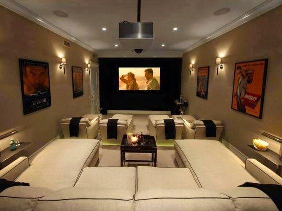 Nível diferente na sala de cinema possibilita uma melhor visualização e aproveitamento do espaço.