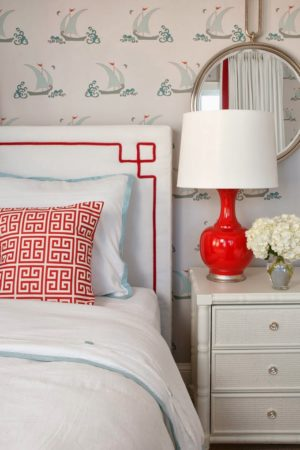 Cabeceiras estofadas para você se inspirar no blog Conexão Décor,Branca com detalhes bordados em vermelho.