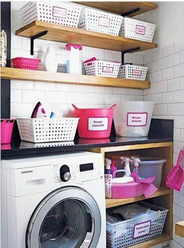 Lavanderia decorada, cestos de plásticos , fácil de achar e práticos.