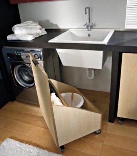 Lavanderia decorada, boa ideia esse carrinho colocado embaixo da pia para esconder o balde.