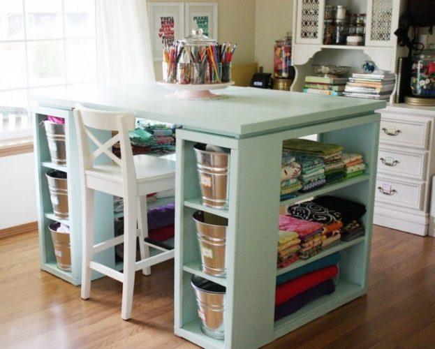 Atelier em casa com mesa de nichos