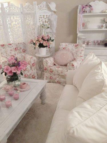 Estilo Shabby Chic na decoração,no blog da Conexão Décor. Sala com estofados floridos e flores.