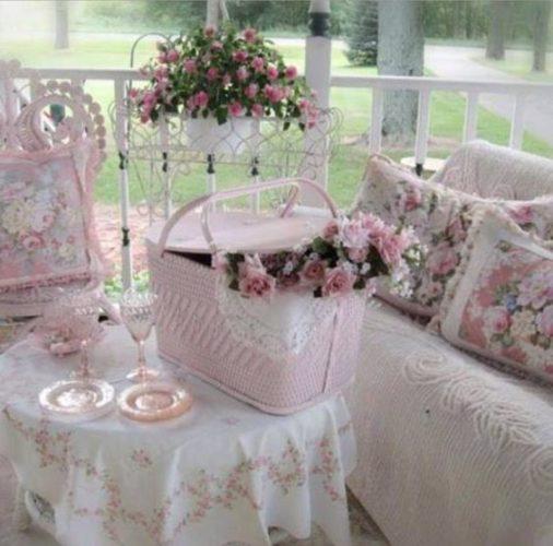 Estilo Shabby Chic na decoração no blog da Conexão Décor. Varanda romântica, com flores, tons pasteis e crochê.