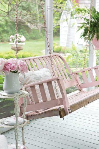 Estilo Shabby Chic na decoração, balanço rosa e flores .