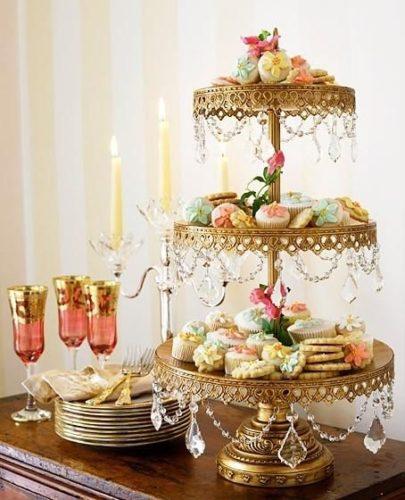 Porta bolo com guirlanda de cristal no estilo Shabby Chic