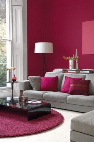 Paredes coloridas com sugestão de cor no blog da Conexão Décor. Parde de fundo da sala pintada de violeta, cor ameixa perfeita.