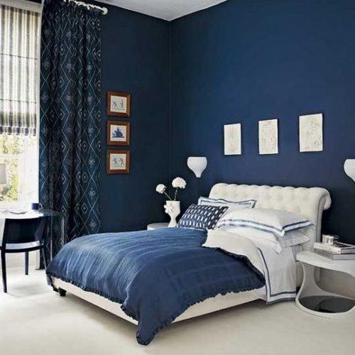 Paredes coloridas com sugestão de cor no blog da Conexão Décor. Quarto com as paredes azuis e a cama branca.
