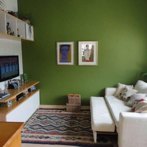 Paredes coloridas com sugestão de cor no blog da Conexão Décor. Parede verde no Home Theater.