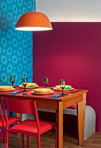 Paredes coloridas com sugestão de cor no blog da Conexão Décor. Parede base violeta na sala de jantar.