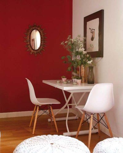 Paredes coloridas com sugestão de cor no blog da Conexão Décor. Parede vermelha ao lado da mesa de jantar.