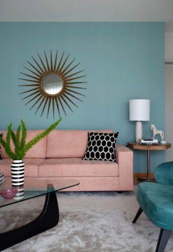 Paredes coloridas com sugestão de cor no blog da Conexão Décor. Parede azul claro na sala com sofá rosa.