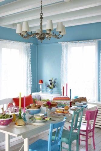 Paredes coloridas com sugestão de cor no blog da Conexão Décor. Sala de jantar toda em azul claro .