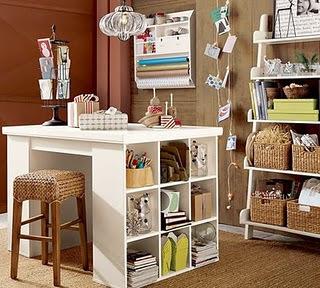Atelier em casa com nichos e cestas
