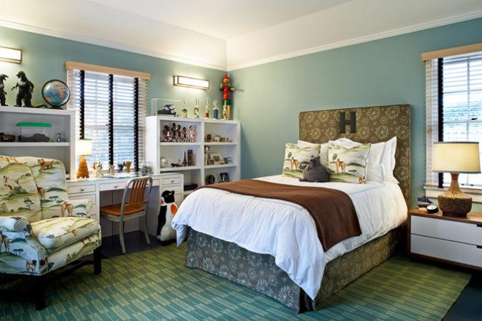 Cabeceira estofada na Conexão Décor, quarto de menino com a cabeceira e saia da cama no mesmo tecido e monograma bordado na cabeceira.
