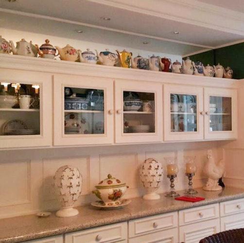 Nesse louceiro, como não amar a coleção de bules??? Aproveite os espaços pra expor aquilo que te traz boas lembranças ... O espelho duplicou a coleção! Ótima ideia!!