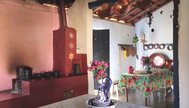 A cozinha mineira do estilista Ronaldo Fraga é fresca, alegre... Toalha de chita, tachos de cobre, bule esmaltado....As marcas do fogo na parede trazem consigo muita história pra contar...