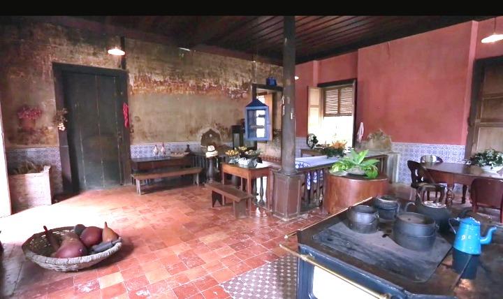 Amei essa cozinha... Uma das paredes não foi pintada, e assim valoriza as marcas da sua história. As imagens são do programa Casas de Fazenda, do canal GNT, disponivel no App Globosat Play.