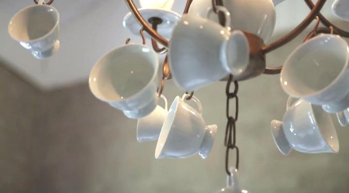 cozinha com xicaras de cafe penduradas