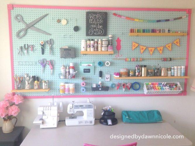 Essas placas perfurados são uma ótima idéia para deixar tudo organizado no atelier em casa