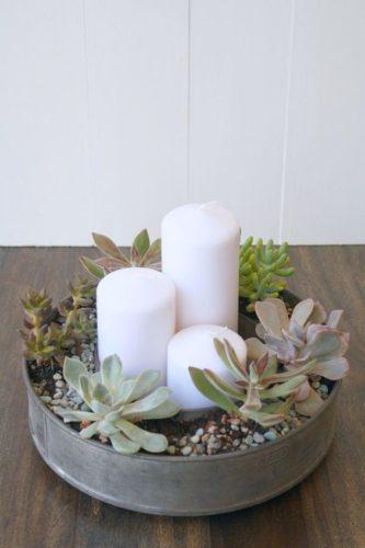 As fofas e queridas suculentas na decoração. Arranjo central de mesa com vela e suculentas